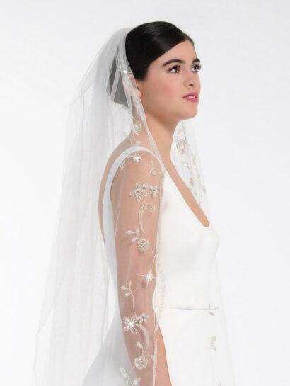 Bruidssluier versierd met een geborduurd bloemen- en bladpatroon, parels, kralen en strass steentjes S211 300cm €300