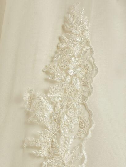 Enkellaagse sluier zonder rand met kant onderaan gemaakt van soft tule. Lengte 300 cm - €165