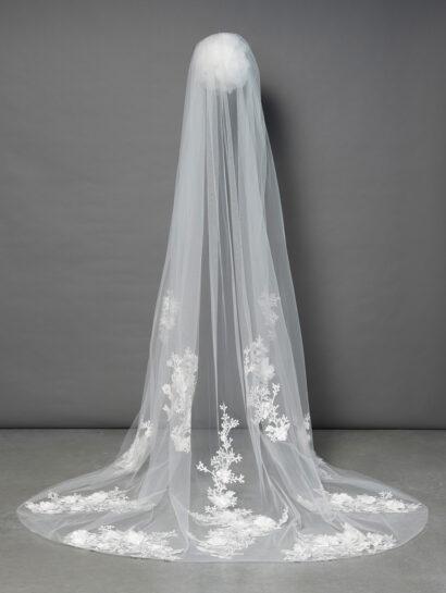 Bruidssluier versierd met geborduurd bloemenmotief en stoffen bloemen S358 258cm €270