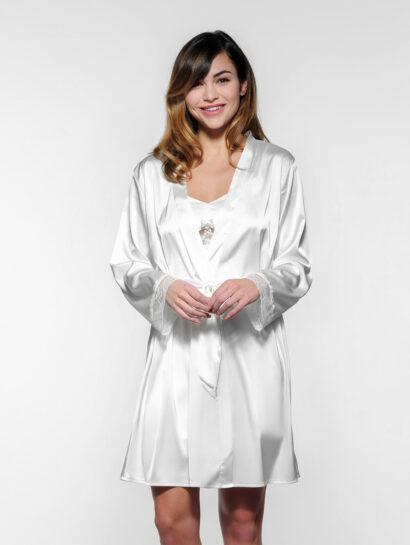 Bruidskimono van Luxe satijnen kimono. Mouwen met Frans kant. Bijgeleverd zijn 2 riemen, één met de tekst 'Bride' en één met de tekst 'Just Married'